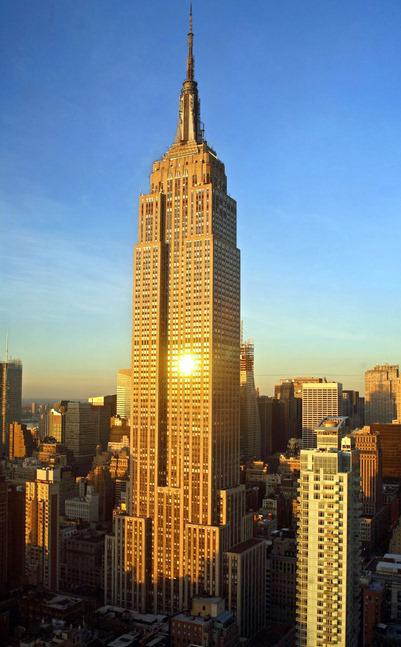 Красивый закат падает на здание Эмпайр Стейт Билдинг